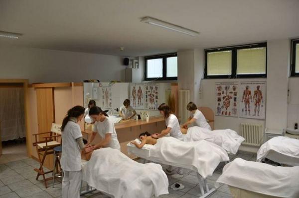 Ausbildungskurse für Erwachsene der Kosmetikschule S.E.M. und Zulassung zur Gesellenprüfung nach der zweijährigen Ausbildung